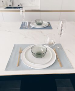 Lederlook placemats sky grey (vooraan) en denim grey (achteraan)