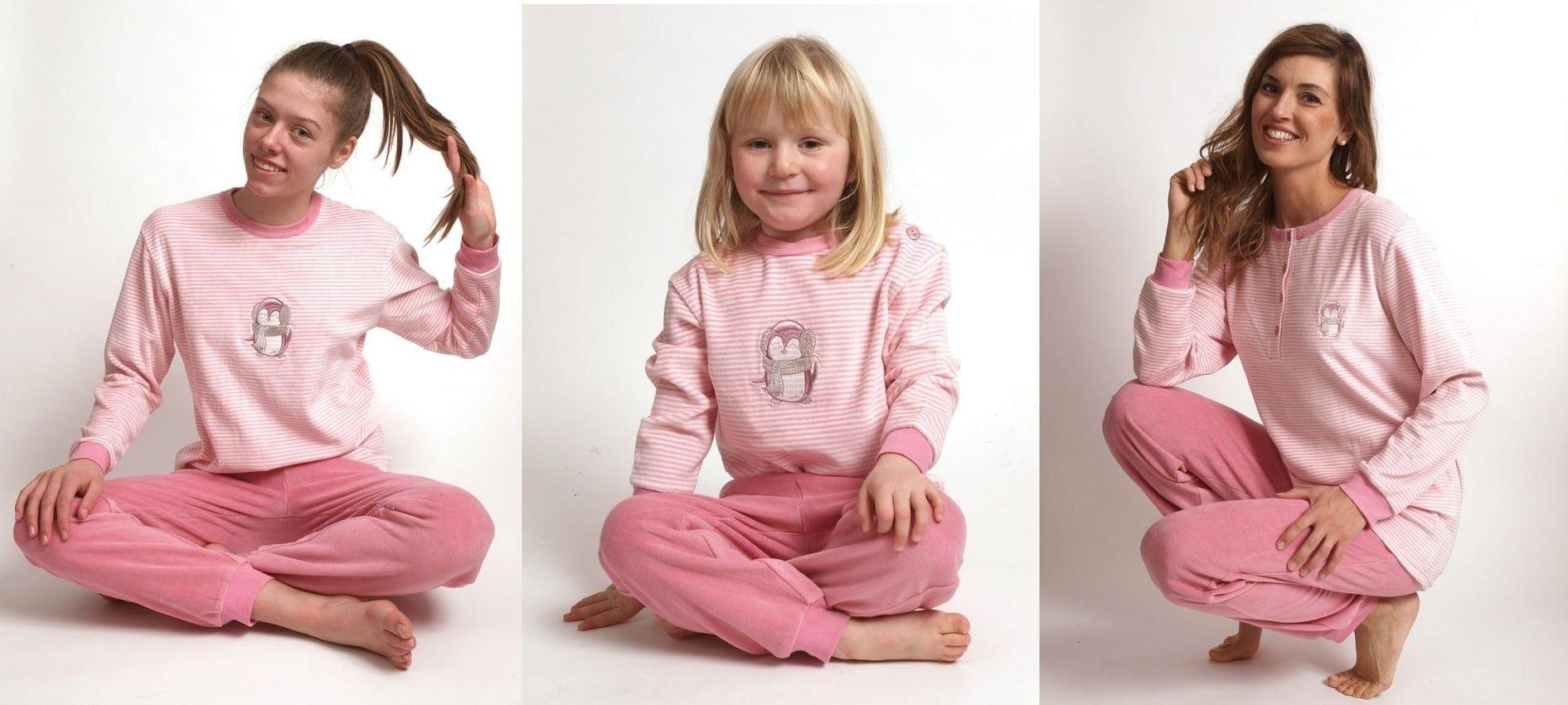 Moeder en dochter in dezelfde pyjama